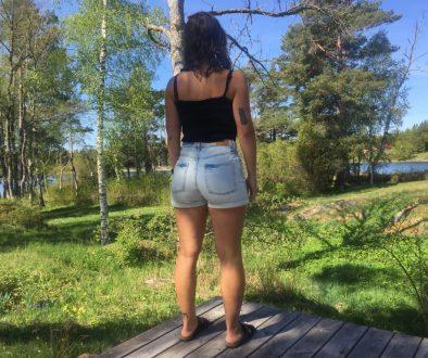 Hannah Grocher Schildt rygg jeansshorts sommar