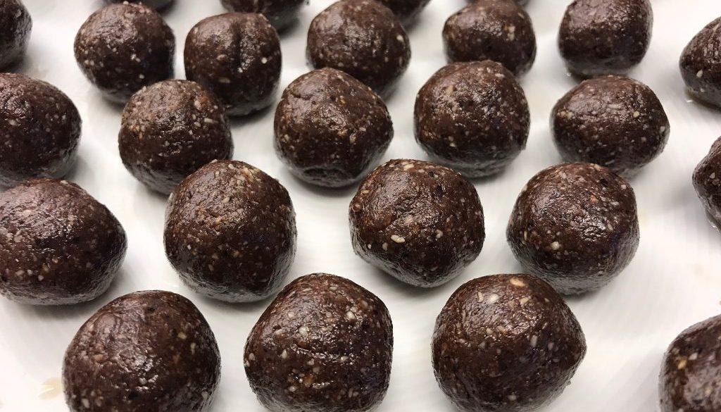 Dadelbollar i choklad bara dadelbollar